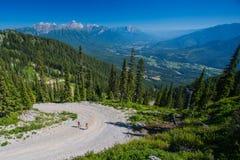 Corredor que correm acima uma montanha no verão Imagem de Stock Royalty Free