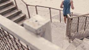 Corredor que ejercita en los pasos en la playa metrajes