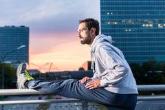 Corredor que estira delante del edificio de oficinas en la puesta del sol Fotografía de archivo libre de regalías
