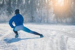 Corredor que estira en parque del invierno Una manera de vida sana Imagen de archivo