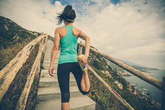 corredor que estira las piernas en rastro de montaña Foto de archivo libre de regalías