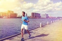 Corredor urbano do homem que corre na baixa europeia da cidade foto de stock royalty free