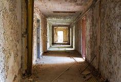 Corredor velho e abandonado da construção Fotografia de Stock
