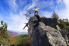 Corredor y MTB en las rocas Fotografía de archivo