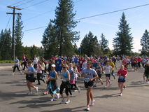 Corredores 2010 de Spokane Bloomsday cerca de la milla 2 Foto de archivo libre de regalías