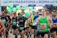 Corredores al inicio de la 24ta edición del maratón franco de Roma Imágenes de archivo libres de regalías