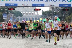 Corredores al inicio de la 24ta edición del maratón franco de Roma Fotos de archivo