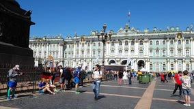 Corredores de Alemania, el resto en St Petersburg, cerca del pilar de Alexandrinsky después del maratón almacen de metraje de vídeo