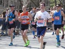 Corredores de la alegría de los fans en el maratón 2014 de Boston Imágenes de archivo libres de regalías