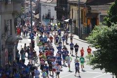 Corredores de la calle en el 29no maratón de Belgrado Fotos de archivo
