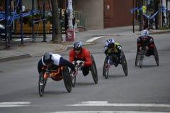 Corredores de la silla de ruedas en el maratón 2014 de New York City Imagenes de archivo