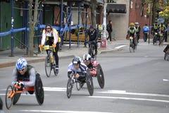 Corredores de la silla de ruedas en el maratón 2014 de New York City Fotografía de archivo libre de regalías
