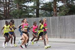 Corredores de las mujeres del maratón de Boston imagen de archivo libre de regalías