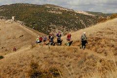 Corredores de los atletas del grupo que corren en rastro de montaña Fotografía de archivo