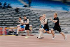 corredores de los esprinteres de los hombres en 100 metros Fotos de archivo