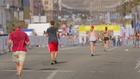 Corredores de maratón cansados que corren al final almacen de video