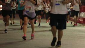 Corredores de maratón en la calle en el medio maratón de BITEC almacen de video