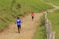 Corredores de maratón en las montañas Foto de archivo libre de regalías