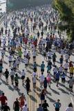 Corredores de maratón que dirigen al tazón de fuente de Hollywood Imagen de archivo libre de regalías