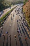 Corredores de maratón que miran abajo de salida del sol Fotografía de archivo