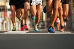 Corredores de maratona que correm na estrada de cidade Fotografia de Stock