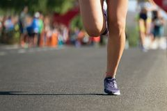 Corredores de maratona que correm na estrada de cidade Imagem de Stock