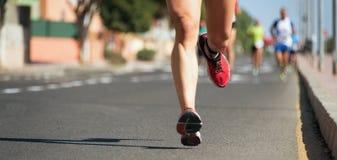 Corredores de maratona que correm na estrada de cidade Fotos de Stock Royalty Free