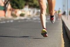 Corredores de maratona que correm na estrada de cidade Imagens de Stock