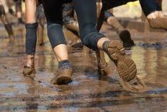 Corredores del fango, arrastre, pasando debajo de un de púas foto de archivo libre de regalías