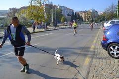 Corredores divertidos de las calles del maratón de Sofía Foto de archivo libre de regalías