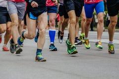 Corredores dos homens dos pés na sapata que corre abaixo da rua Fotos de Stock Royalty Free