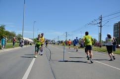Corredores durante maratón Foto de archivo libre de regalías