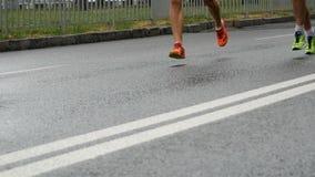 Corredores durante a maratona quando chover Movimento lento video estoque