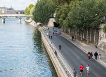 Corredores e caminhantes ao longo do Seine em domingo, Paris Imagens de Stock Royalty Free