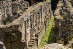 Corredores e túneis de Colosseum em Roma em Itália foto de stock royalty free