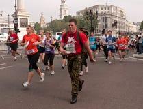 Corredores en el medio maratón de los parques reales, Londres Imágenes de archivo libres de regalías