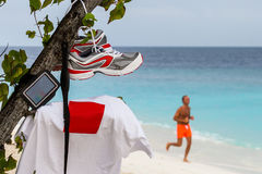 Corredores en la playa de Maldivas Imagenes de archivo