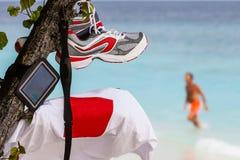 Corredores en la playa de Maldivas Imagen de archivo libre de regalías