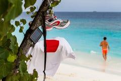Corredores en la playa de Maldivas Fotos de archivo