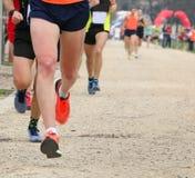 corredores en la raza del campo a través foto de archivo libre de regalías
