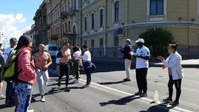 Corredores funcionados con más allá de las fans francesas Las fans apoyan el maratón almacen de video