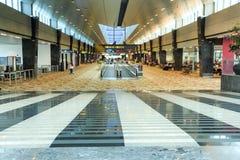 """Corredores longos e Travelators do †do aeroporto de Singapura """" Foto de Stock"""