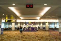 """Corredores longos e Travelators do †do aeroporto de Singapura """" Fotos de Stock Royalty Free"""
