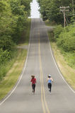 Corredores na estrada rural Fotografia de Stock Royalty Free