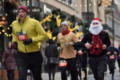 Corredores na raça tradicional do Natal de Vilnius foto de stock royalty free
