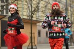 Corredores na raça tradicional do Natal de Vilnius fotografia de stock royalty free