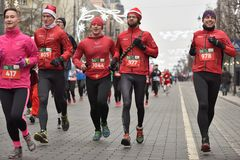 Corredores na raça tradicional do Natal de Vilnius imagens de stock royalty free