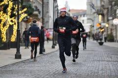 Corredores na raça tradicional do Natal de Vilnius imagem de stock royalty free