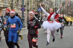 Corredores na raça tradicional do Natal de Vilnius imagem de stock