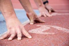 Corredores no início da pista de atletismo Fotografia de Stock